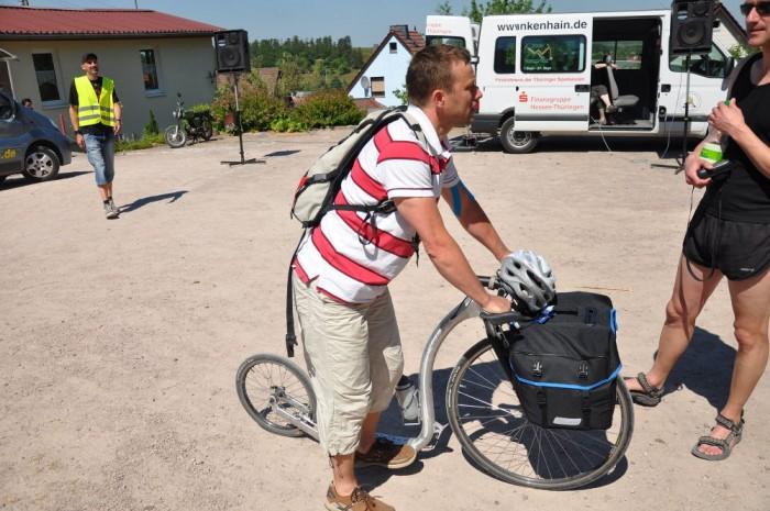 Hannu jede v těchto dnech do Loun na kolobrndě, má to bratru 450km, tak snad to stihne