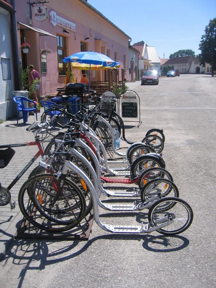 ... do místního pohostinství na limču ... krásný vozový park Kickbike ...