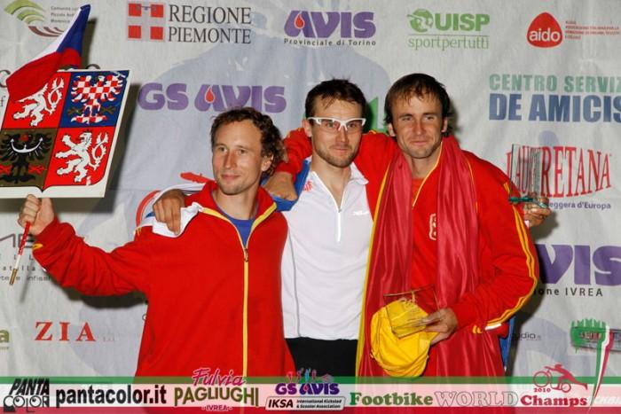 Medailisté epického sprintu, všichni se vešli do dvou setinek sekundy ... pan Jaromír, pan Kai a pan Jan