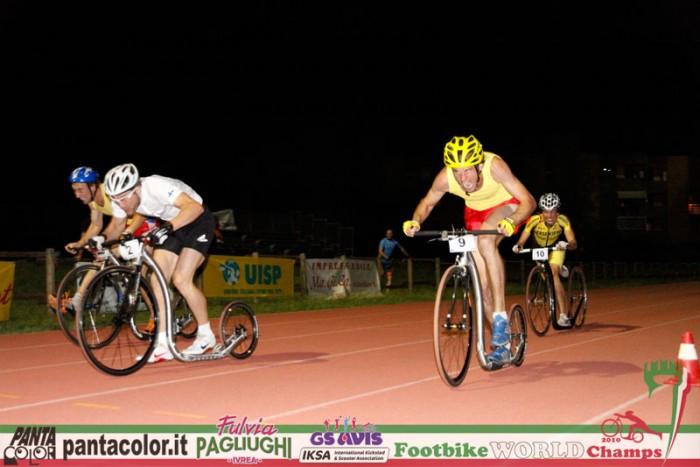 Cílová rovinka sprintu, Kai Immonen v bílém a naši dva borci ve žlutočerveném, Štringa zaostává