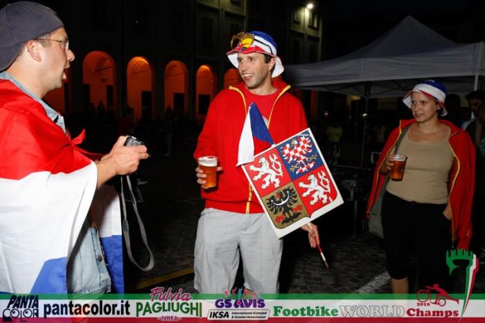 Pan Jaroslav na slavnostním zahájení s nezbytnou zástavou ČR