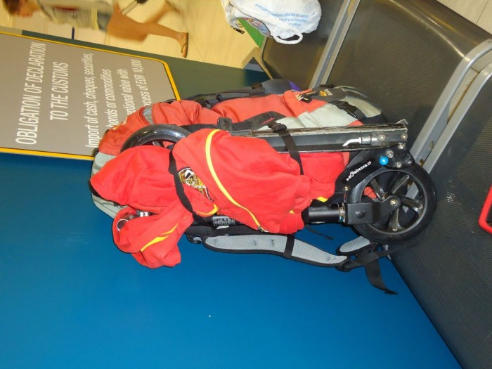 Micro Black připevněný k batohu