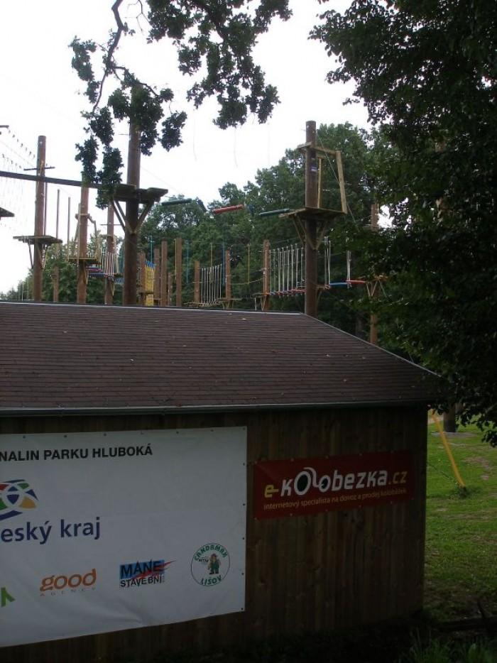 a záběr na lanový park a první reklamu www.e-kolobezka.cz stále na Hluboké