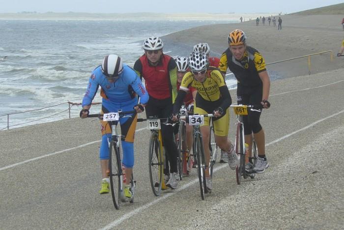 Vedoucí skupinka dlouhého závodu v bouři na den Helderu