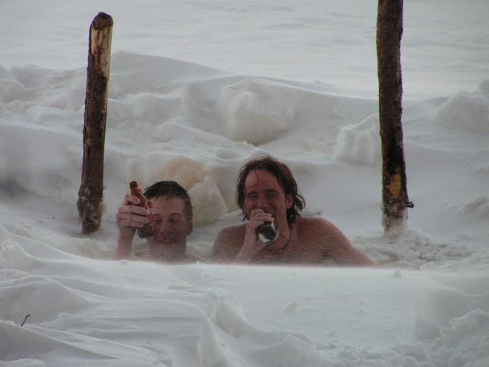 Součástí ledoběžecké kultury je samozřejmě sauna a následné ochlazení v jezeře s pivem v ruce