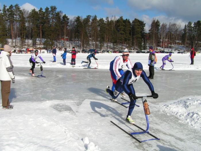 ... a následně byli závodníci vypuštění na okruh na jezero - zde v bílém pan Jan