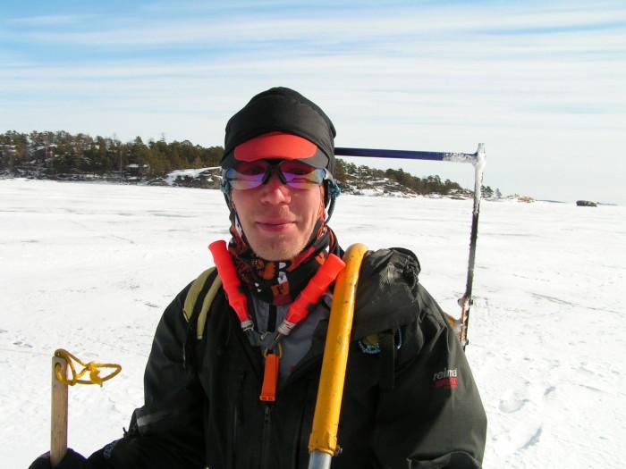 .. a legenda Alpo Kuusisto v plné polní s tyčí na zjišťování kvality ledu a bodáky na vydrápání se z moře v případě propadu
