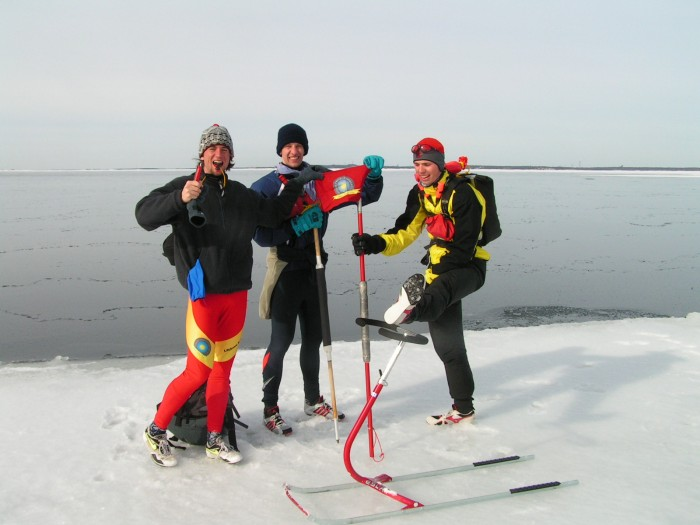 Závěrečná fotka s legendární vlajkou, kterou jsme ztratili o dva roky později v expedici 3 Capitals in 3 Days