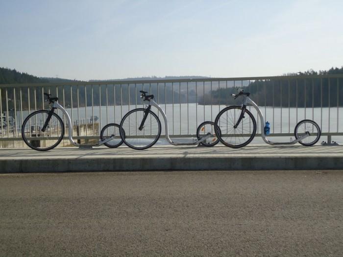 Naše stroje Kickbike Race na hrázi Hněvkovické přehrady