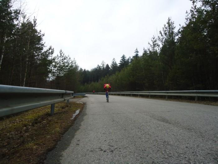 Sjezd k hrázi Hněvkovické přehrady od Temelína