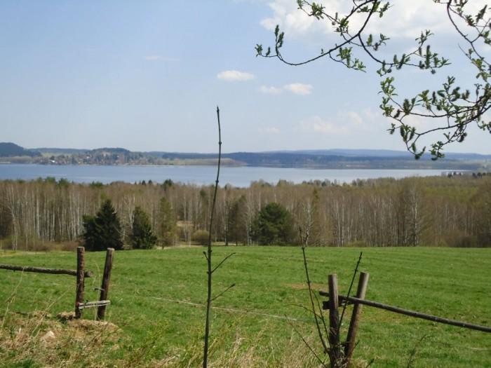 Pohled na lipenskou přehradu z pravého téměř neobydleného břehu