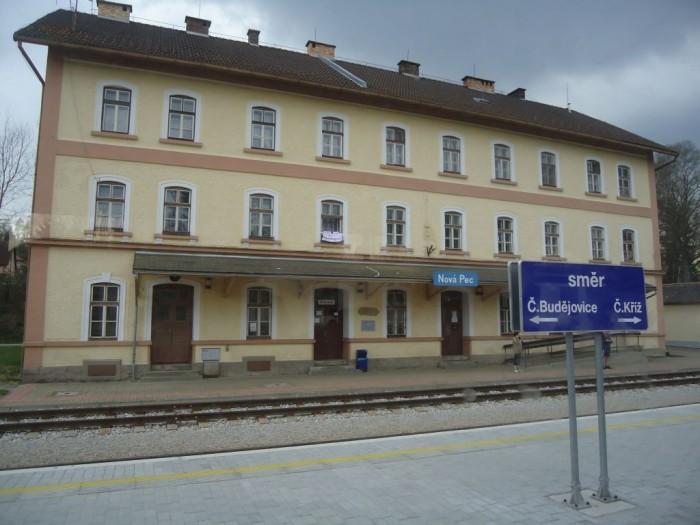 Cesta vlakem - nádraží v Nové Peci