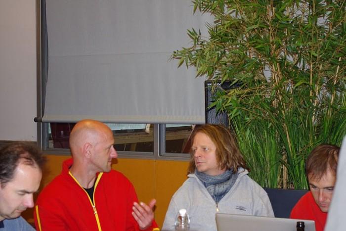 ULTIMA party, Hubing, Lars, Hans a pan Jan analyzují výkon na počítači