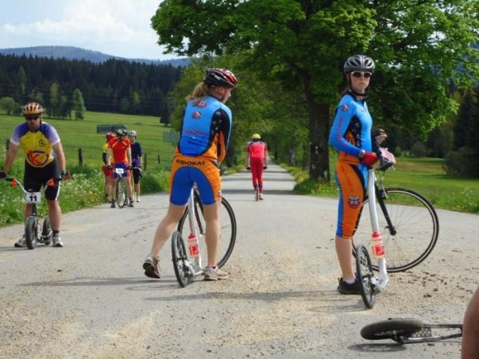 Slečny Jislovy před sobotním startem, v pozadí několikanásobný vítěz šumavského závodu Jiří Ešner