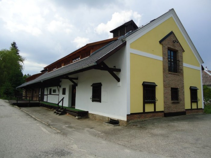 Nádražní sýpka z roku 1910 - sídlo muzea v Jílovicích