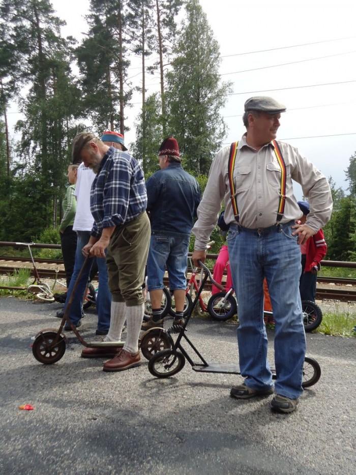 """Na věku jezdce ani koloběžky nezáleží - jen na pohodě a radosti z pohybu na stupátku mezi dvěma koly. I když otázka:""""Unese mě tato koloběžka?"""""""