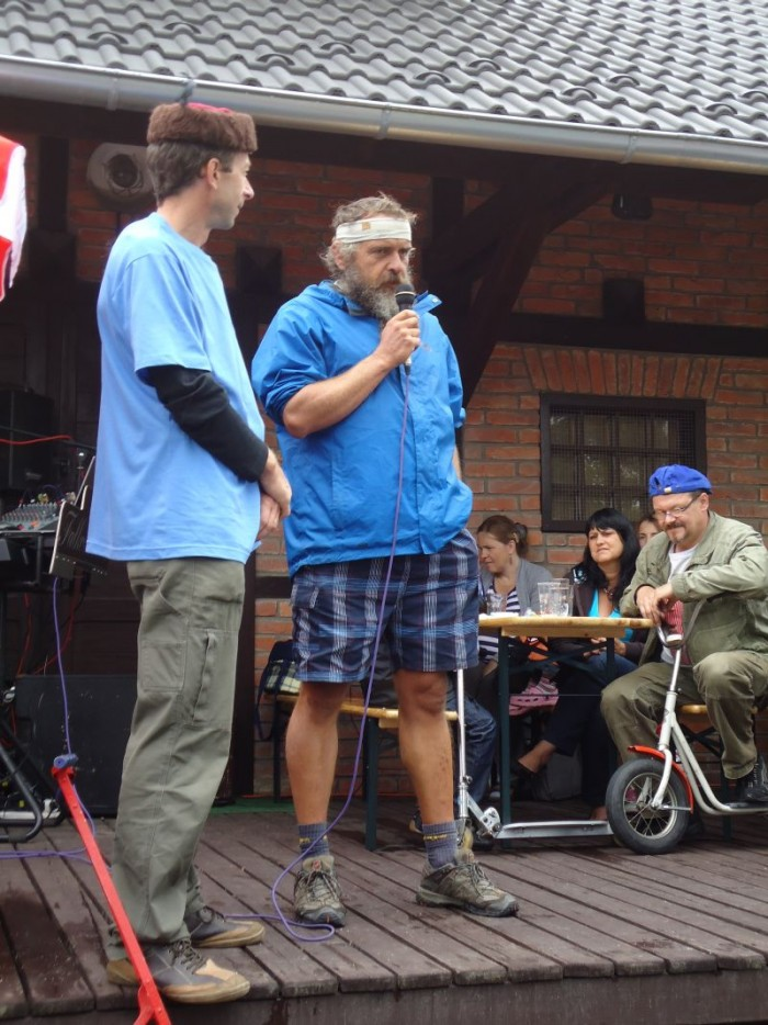 Olda Kostka s mikrofonem je dotazován neméně náruživým koloběžkářem a organizátorem Jardou Novákem