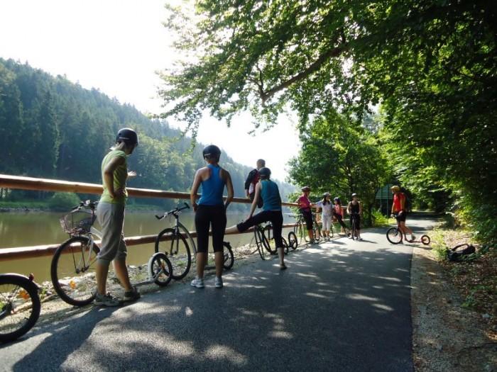 Nová cyklostezka z Hluboké na Purkarec chvíli vede přímo u hladiny řeky Vltavy