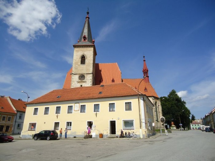 kostel ve Chvalšinách ze spodního náměstí