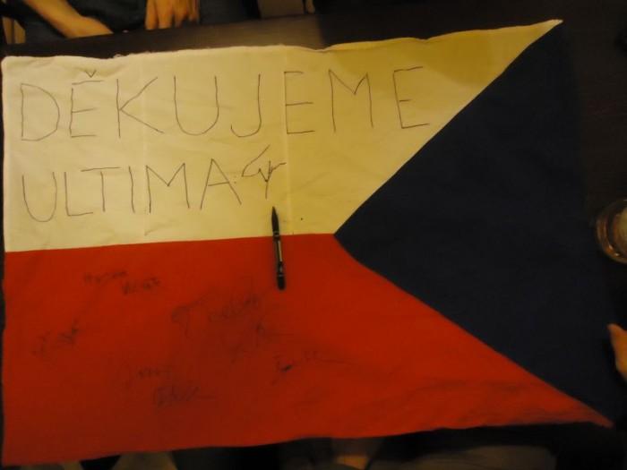 Touto vlajkou se vzkazem jsme se rozloučili s Václavem Havlem i my