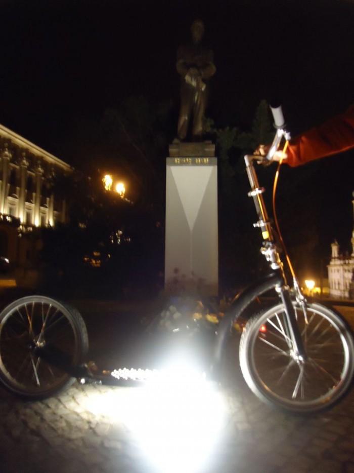 První zastávka byla u Černínského paláce na Loretánském náměstí u sochy Edvarda Beneše a hned jsme vyfotografovali i koloběžkovou novinku Swifty