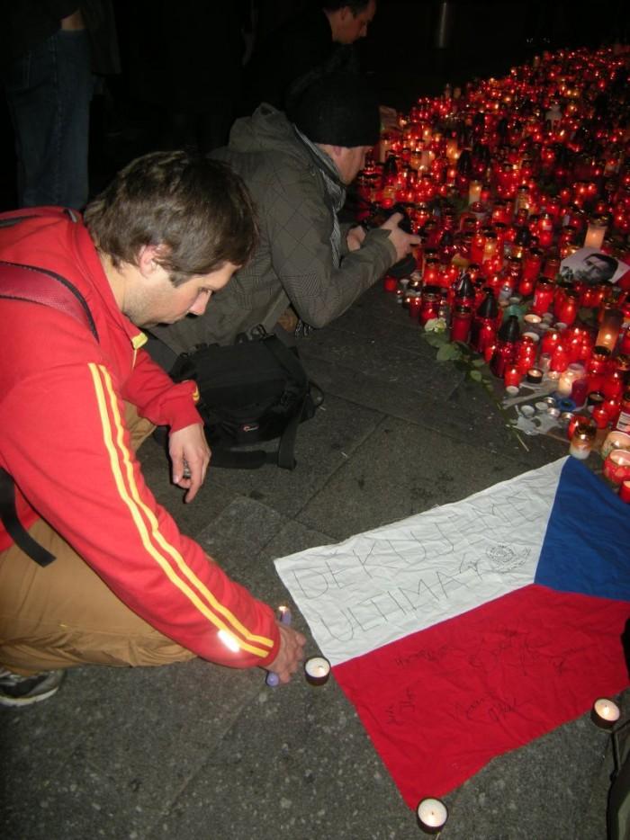Pan Jaroslav provádí poslední úpravy položení vlajky