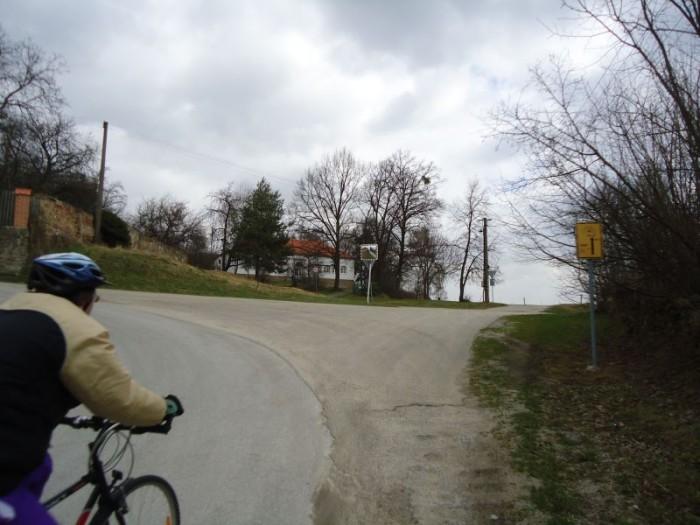 Litoradlice - rovně vede cyklostezka po příšerné cestě - ve výstavbě nová cyklostezka. Pan Liška najel o několik set metrů více, ale odměnou mu byl 2.5km dlouhý sjezd na hráz Hněvkovické přehrady