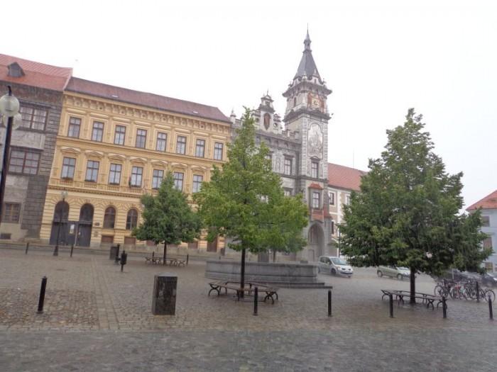 Velké náměstí při průtrži mračen...hroby a blesky se panu Liškovi zaznamenat nepodařilo