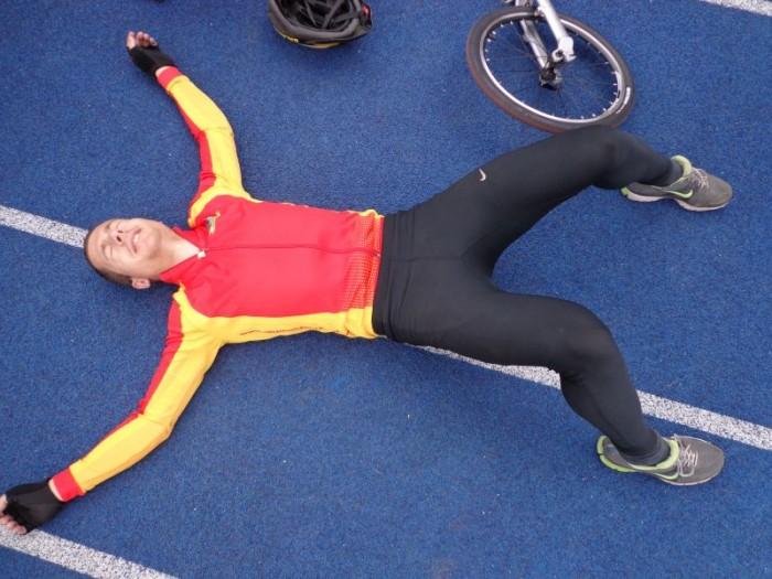 Tomáš Pelc relaxuje před svým úprvním soutěžním koloběžkovým startem - po něm následoval pád na atletický tartan