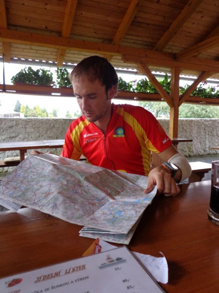 Pan Jan pečlivě nad mapou vymýšlí další kroky...