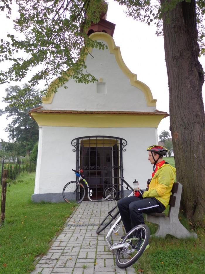 Pan Jaromír rozjímá při časovce u kapličky v Šalmanovicích