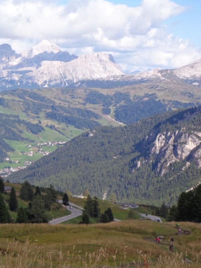 Pohled z Passa Gardena na Corvaru a Colfosco náš dolomitský base camp