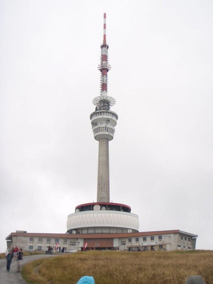 Špička vysílače na Pradědu ( 1491m ) sahá do větší výšky než je samotná Sněžka ( 1602m ) a činí tak z něj nejvyšší bod ČR