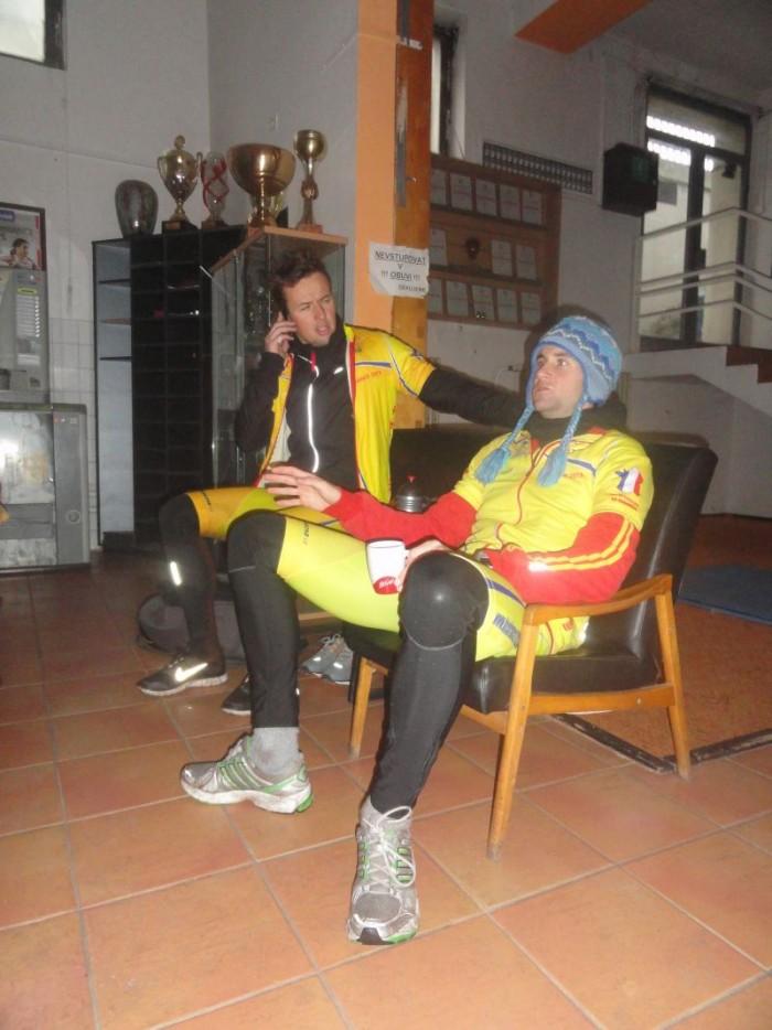 Pánové Jan a Michal během krátké pauzy k občerstevení v útrobách stadionu