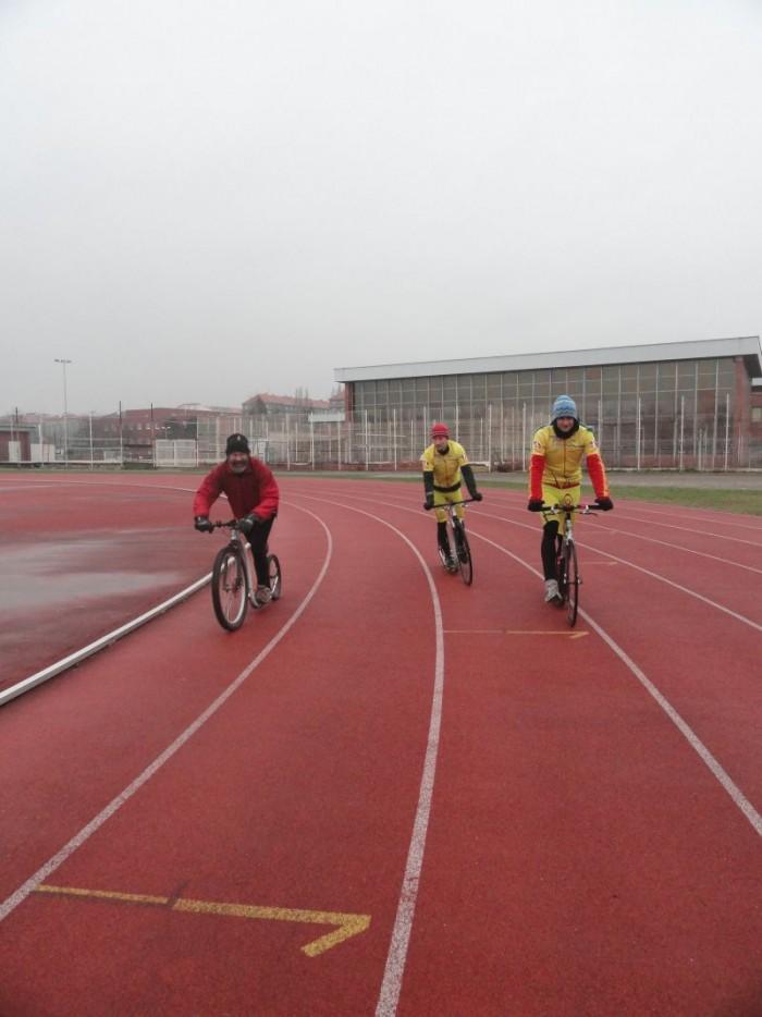 Pánové - Honza, Jaromír a Jan při jednom z 84 okruhů na domovském stadionu ASK Slavia Praha