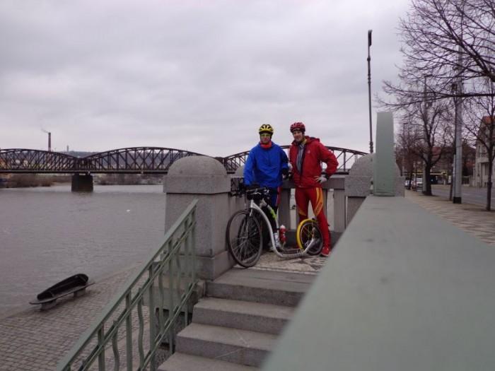 Sraz u železičního mostu v Praze na Výtoni