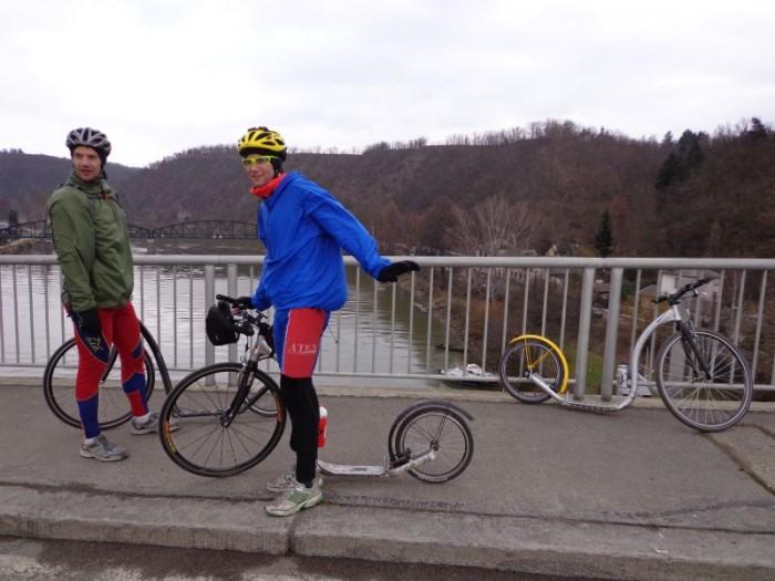 Na davelském mostě - v pozadí starý most, který si zahrál i v americkém filmu Most u Remagena