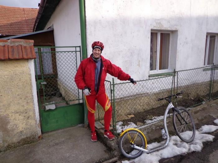 Pan Liška před rodným domem svého děda
