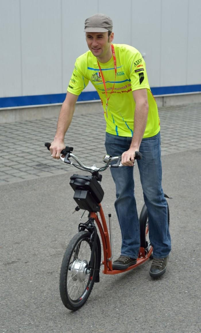 Pan Jan hned zkoušel, zda by mohl jako Cancellara jet na koloběžce s pohonem - tento malý podvod by však ale komisaři odhalili velice jednodušše :-)