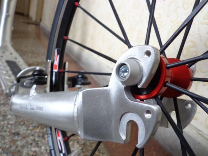 Upínací šroub nových kol REMERX krásně ladí s rámem Kickbike MAX 20 - vše můžete zakoupit na našem portálu www.e-kolobezka.cz
