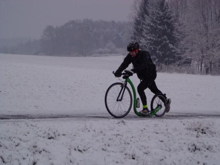 Vašek Jun a jeho zelený Kickbike RaceMAX v zimním počasí