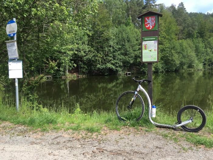 Rybník v Tuboži - za chvilku nás čeká krátký ale prudký kopec k hradu Houska